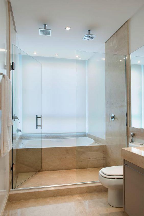banheiro com banheira e dois chuveiros