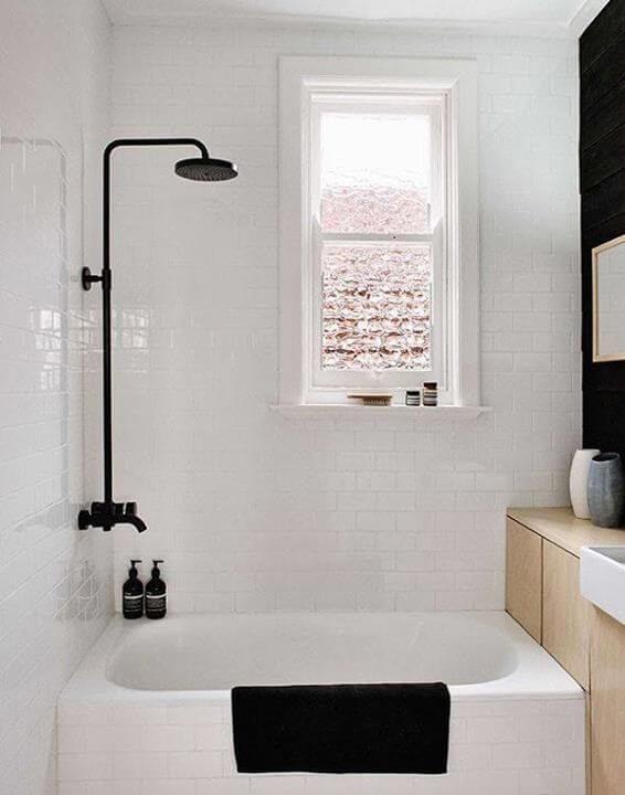 banheiro com banheira pequena branco e preto