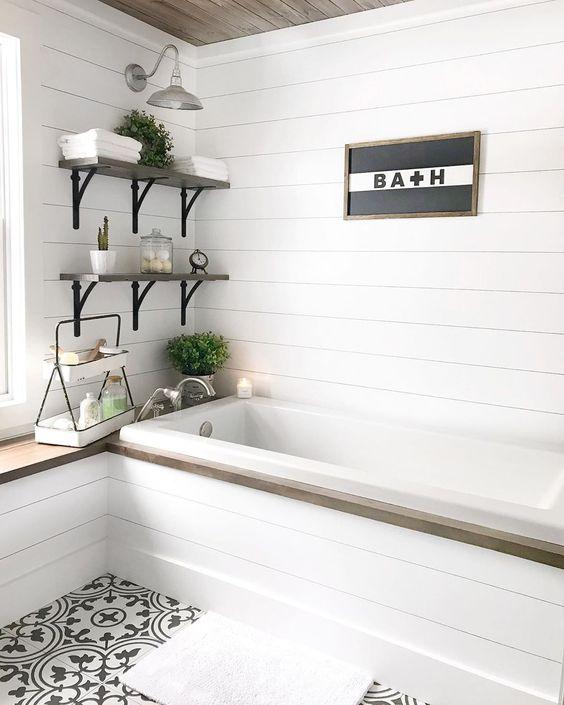 banheiro com prateleiras e arandelas