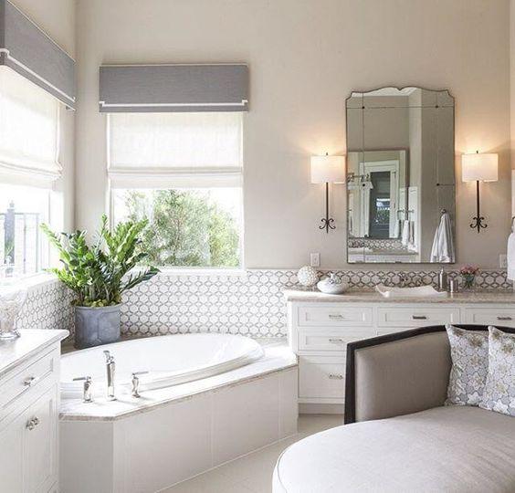 banheira de canto com azulejos geométricos
