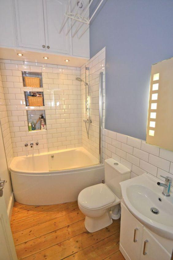 banheira pequena de canto em banheiro azul
