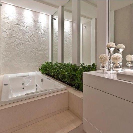 banheiro com canteiro de plantas