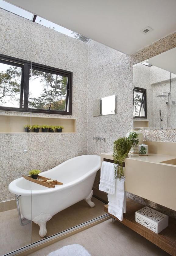 banheiro com banheira dentro do box e teto de vidro
