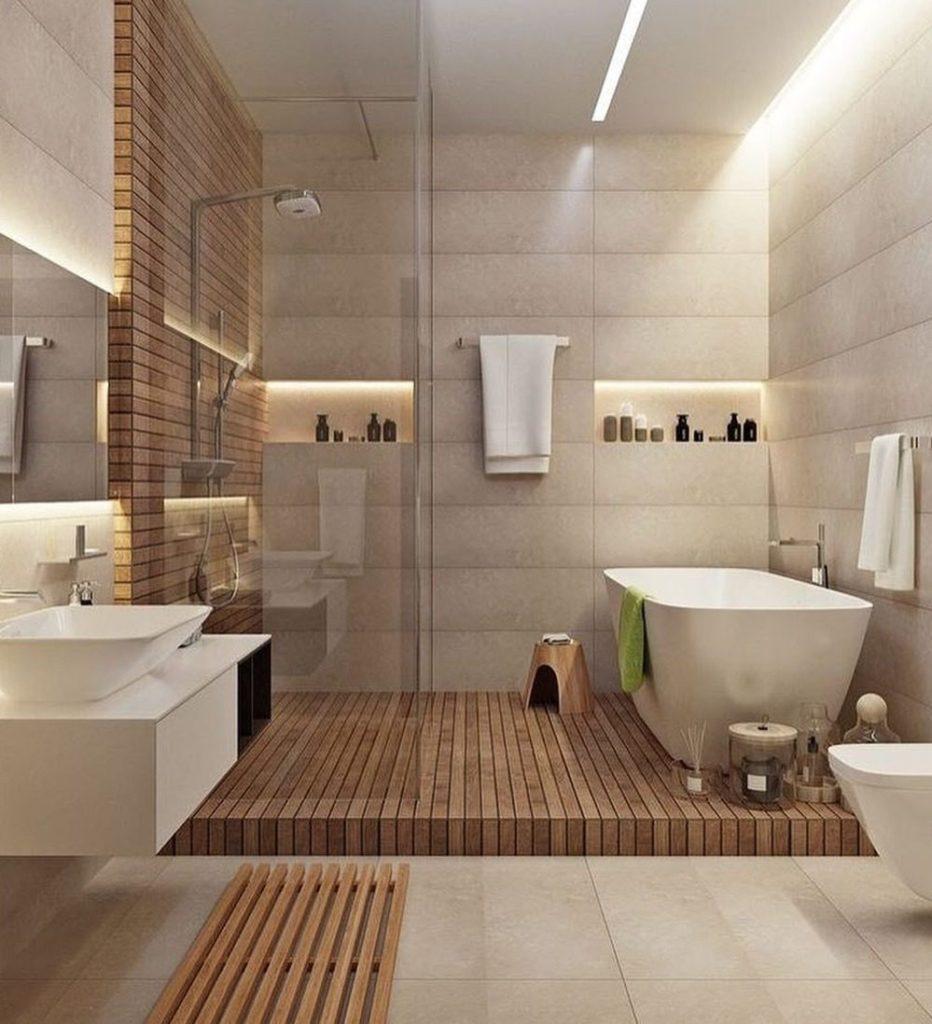 banheiro grande com banheira e painel de madeira.