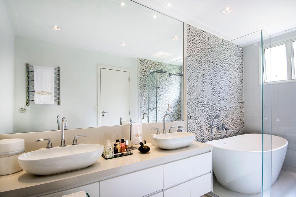 banheiro com duas cubas e banheira de de imersão