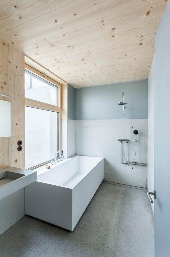 banheiro com forro de madeira