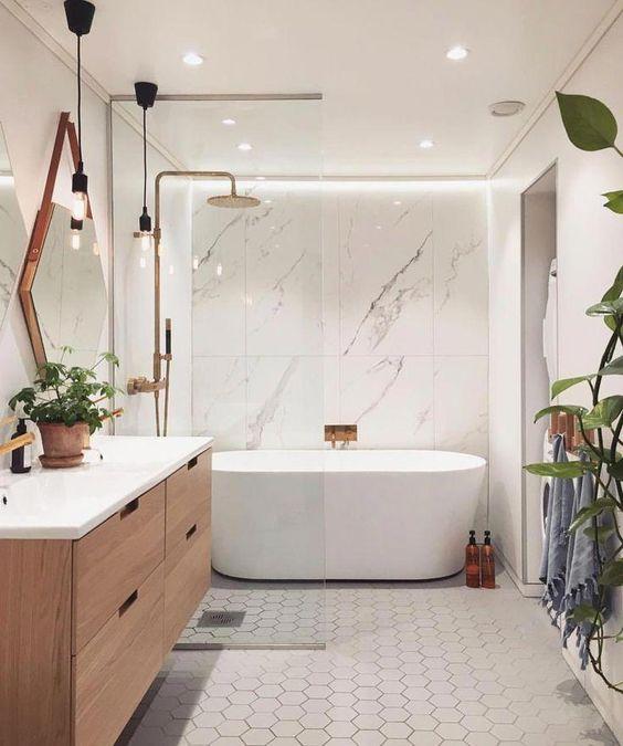 pendentes e espelho modernos em banheiro com banheira