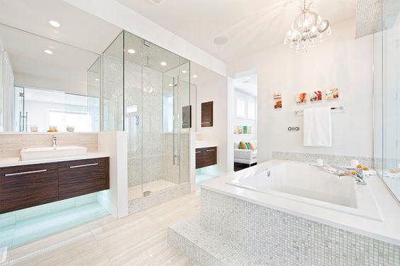 banheiro com banheira grande quadrada