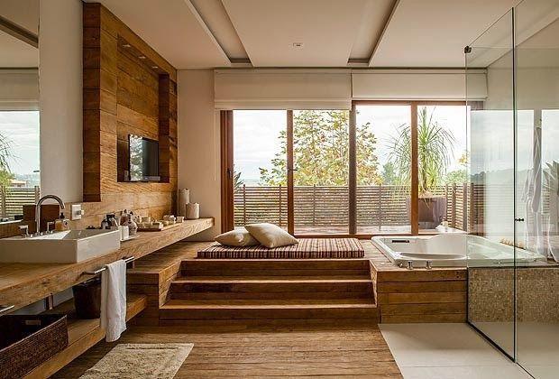 banheiro grande com futon, tv e banheira