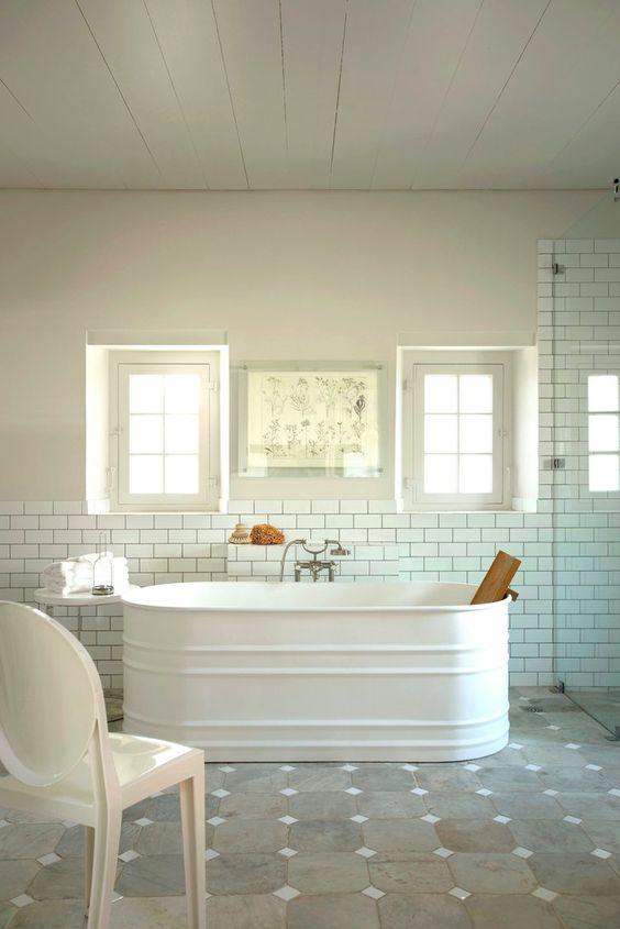 banheiro com banheira neutro e branco