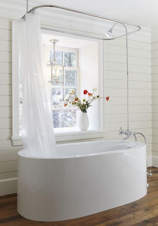 banheiro branco retrô com banheira de imersão