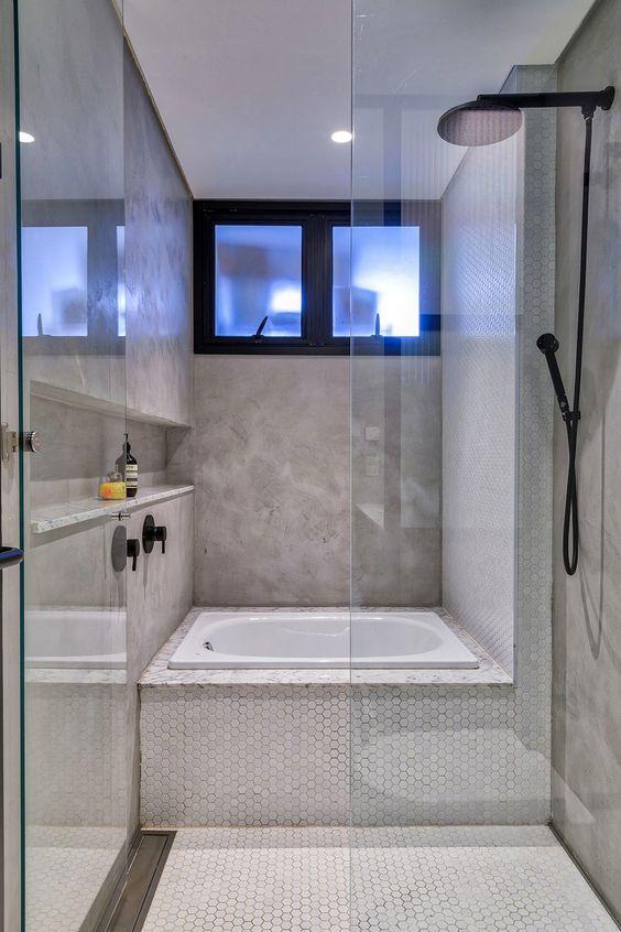 banheiro pequeno com banheiro dentro do box