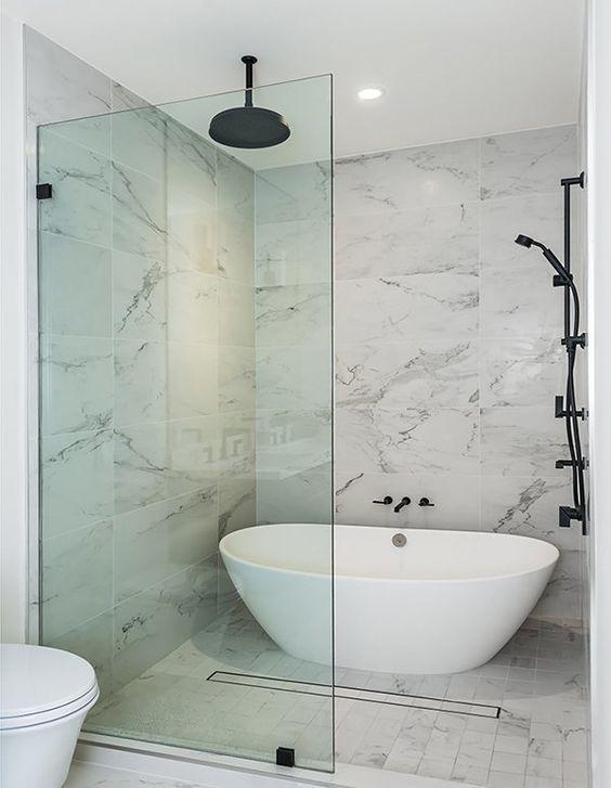 banheiro com banheira de imersão e chuveiro preto