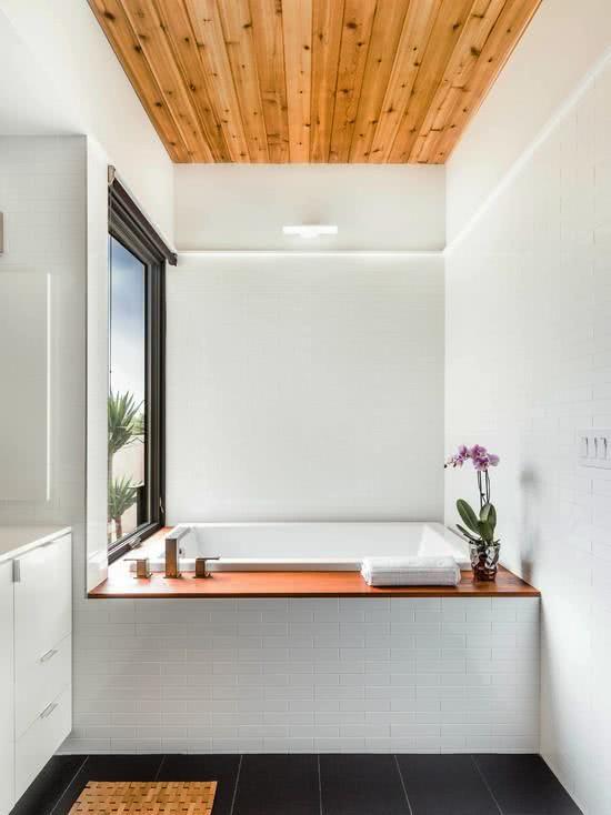 teto com forro de madeira e piso preto