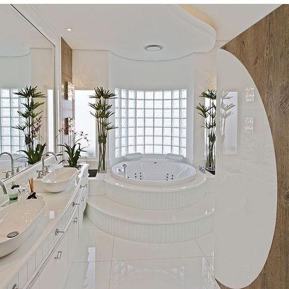 banheiro com banheira redonda.