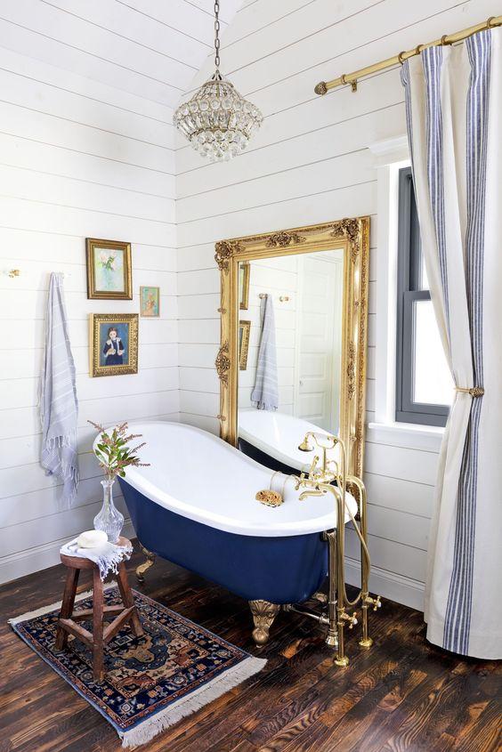 espelho grande dourado com banheira vitoriana