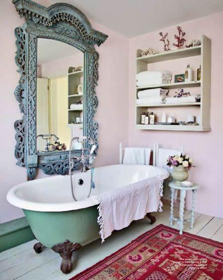 espelho de madeira entalhada e banheiro vintage