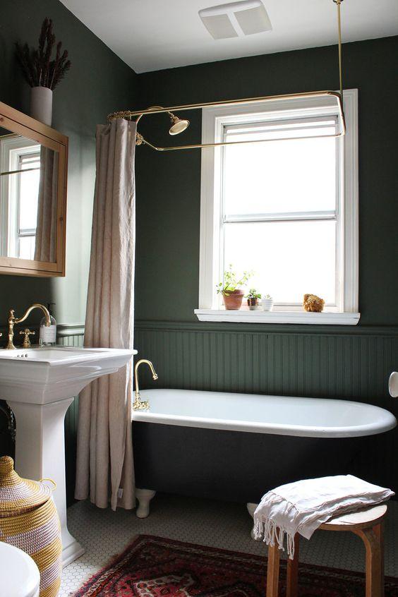 banheiro verde escuro e dourado com branco
