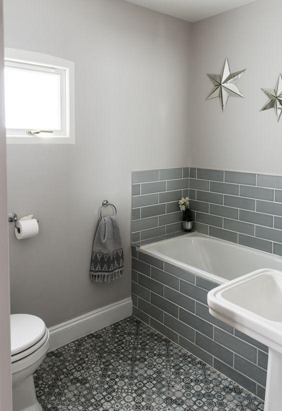 banheira pequena com azulejo cinza