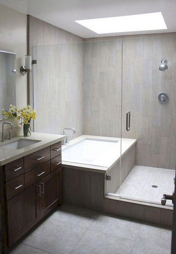 banheiro neutro com banheira retangular