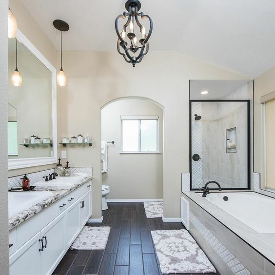 banheiro clássico com banheira de hidromassagem