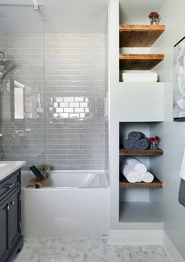 banheira pequena com prateleiras de madeira