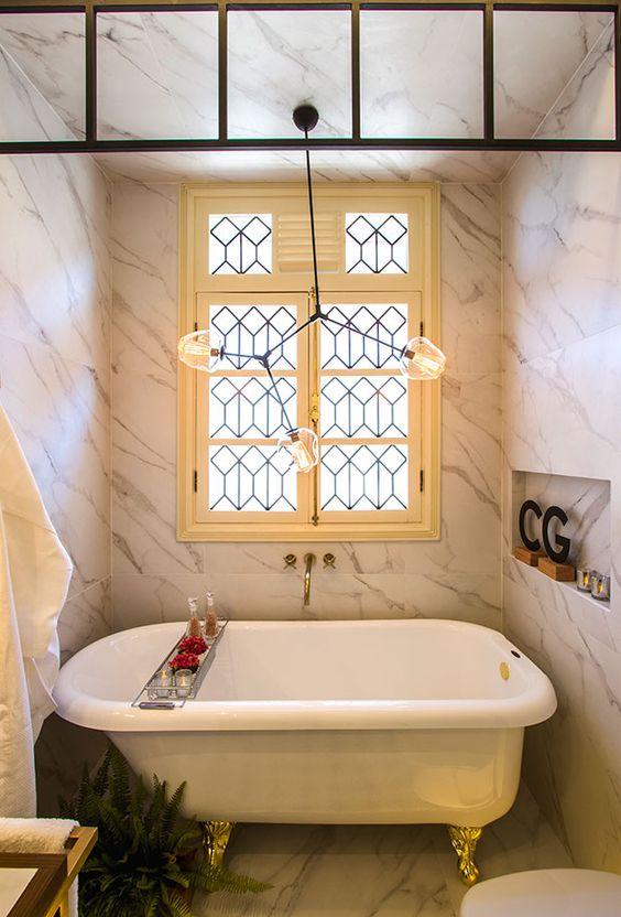 mármore no teto, piso e paredes.
