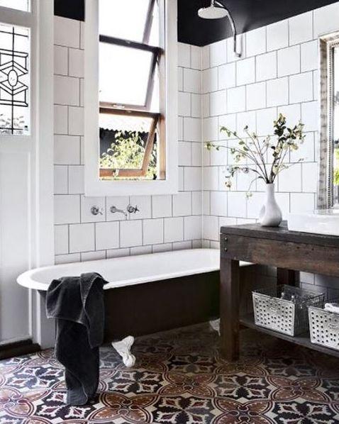 azulejos brancos rejuntados de preto e piso estampado