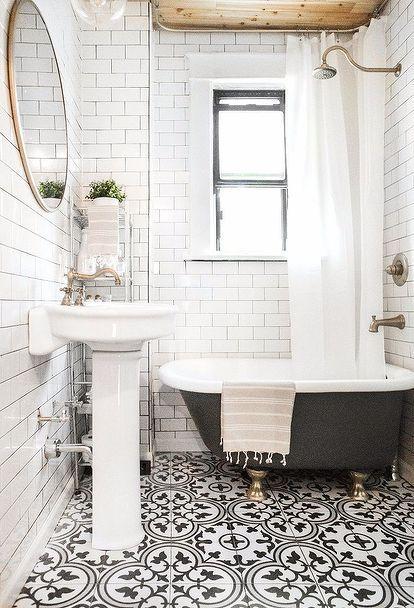 banheiro com piso estampado e banheira vitoriana
