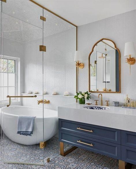 banheiro com banheira oval de imersão azul