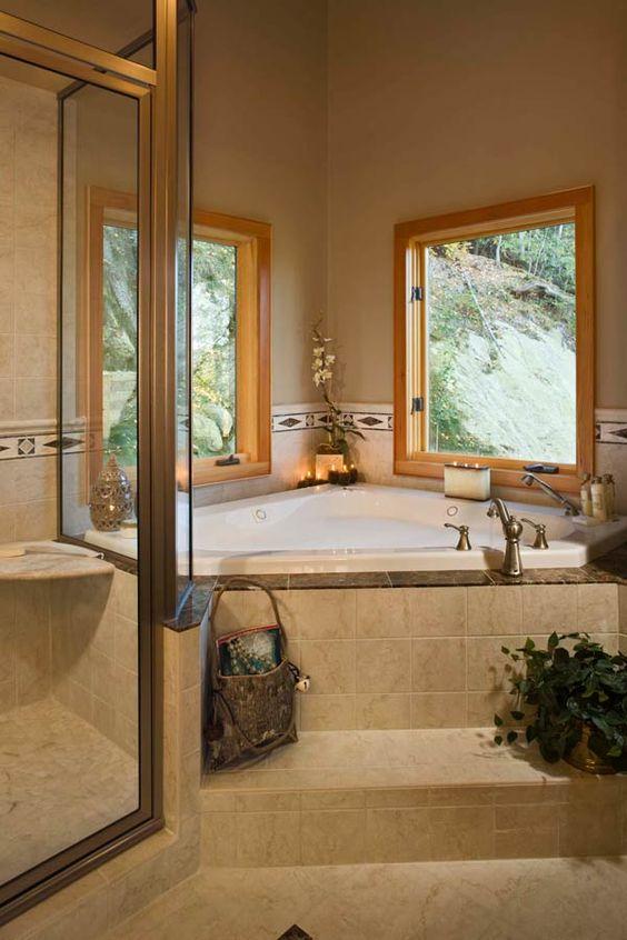 banheira de canto com faixa de azulejos