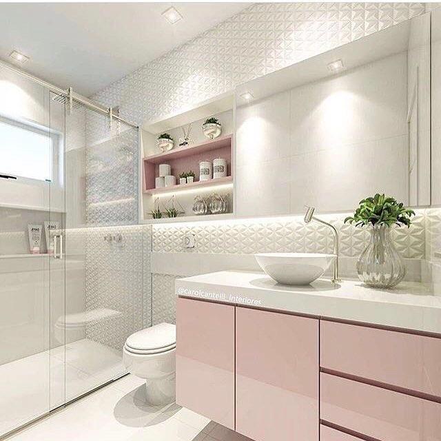 Decoração simples com armário rosa e azulejo tridimensional.