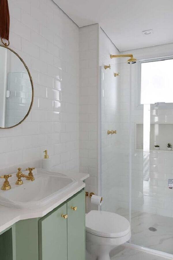 Decoração clara com armário verde, torneira dourada.