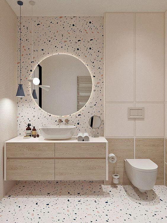 Decoração moderna com azulejo decorado e armário com acabamento de madeira.