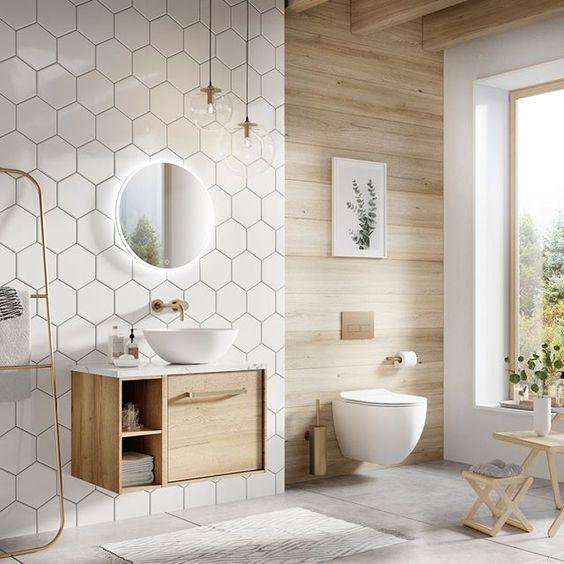 Decoração luxuosa com azulejo geométrico e vaso sanitário suspenso.