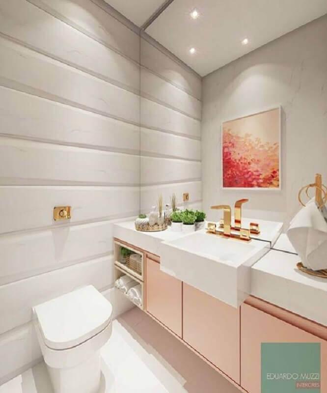 Banheiro feminino com armário rosa.