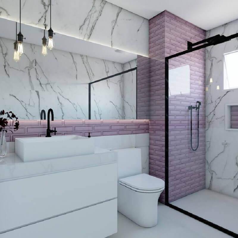 Banheiro feminino moderno com azulejo rosa.