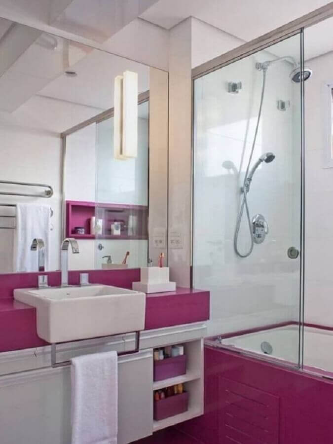 Banheiro feminino simples com azulejo roxo.