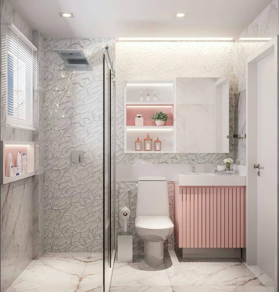 Banheiro feminino moderno com armário rosa.