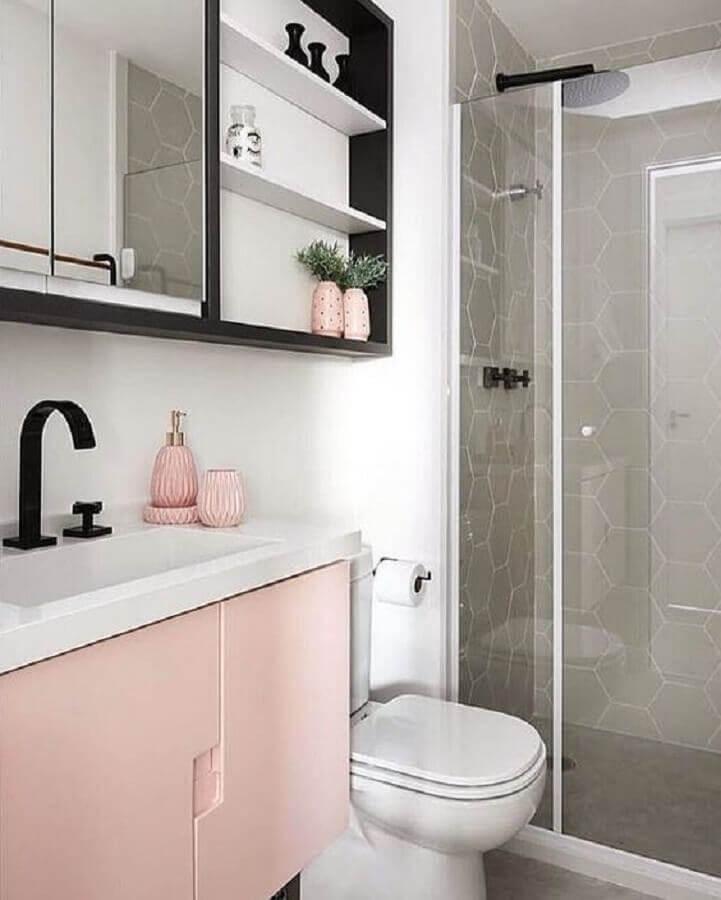 Banheiro feminino simples com armário rosa.