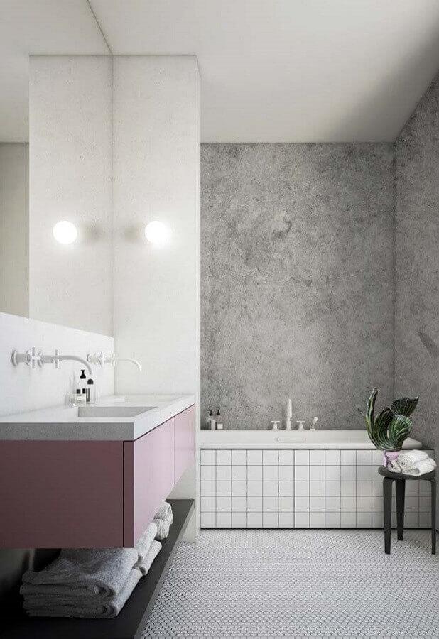 Banheiro feminino com parede de cimento queimado.