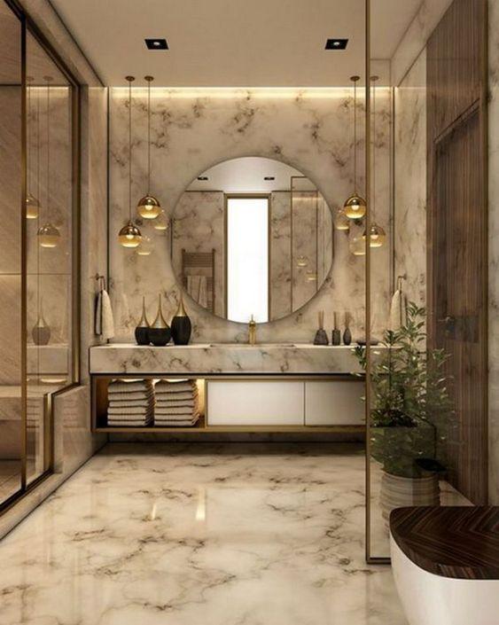 Decoração luxuosa com acabamento de mármore, espelho e pendente suspenso.