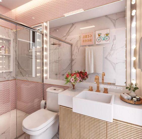 Decoração romântica com azulejo rosa, armário de madeira e sot de led.