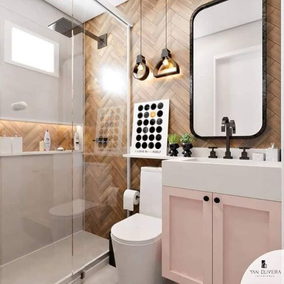 Decoração simples com armário rosa, azulejo com estampa de madeira e pendente suspenso moderno.