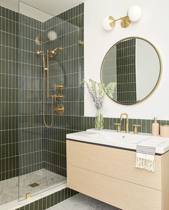 Banheiro feminino com azulejo verde e amarelo rosa.