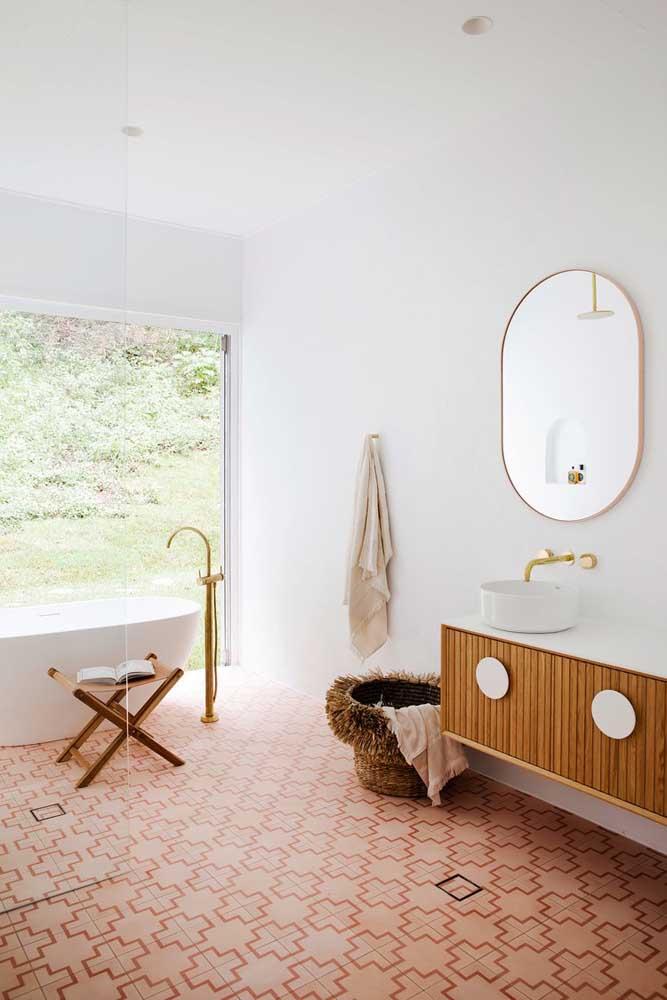 Decoração minimalista com armário de madeira e piso rosa.