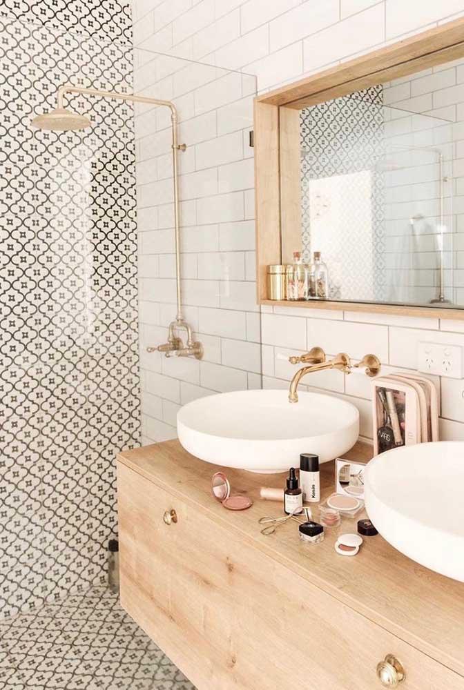 Decoração romântica com armário de madeira, azulejo decorado e tijolinho branco.