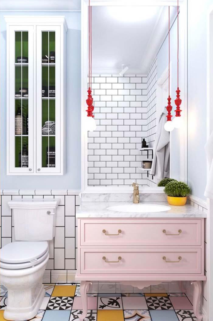 Decoração moderna com armário rosa, piso decorado e azulejo de tijolinho branco.