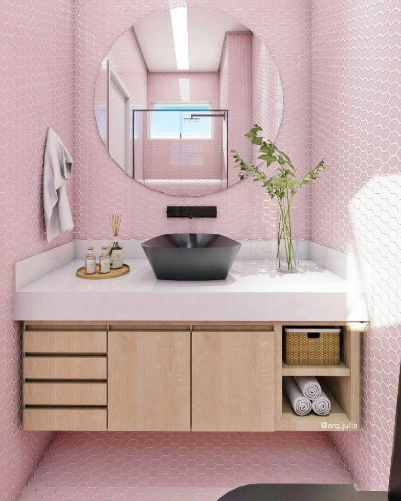 Decoração moderna com armário de madeira e azulejo rosa.