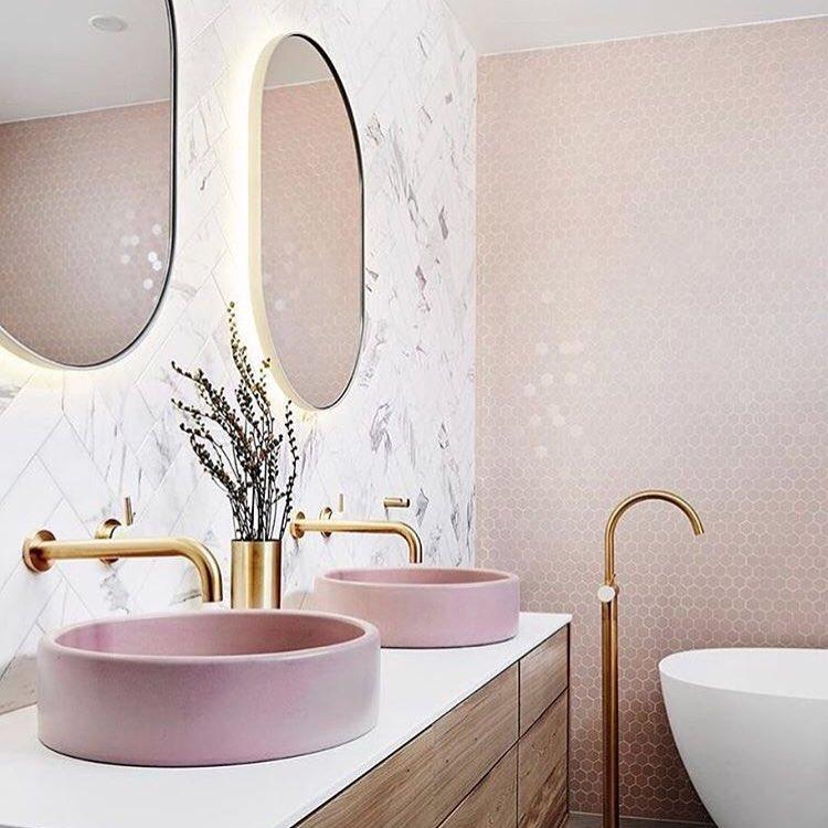 Decoração romântica e moderna com armário de madeira e cuba de apoio rosa.